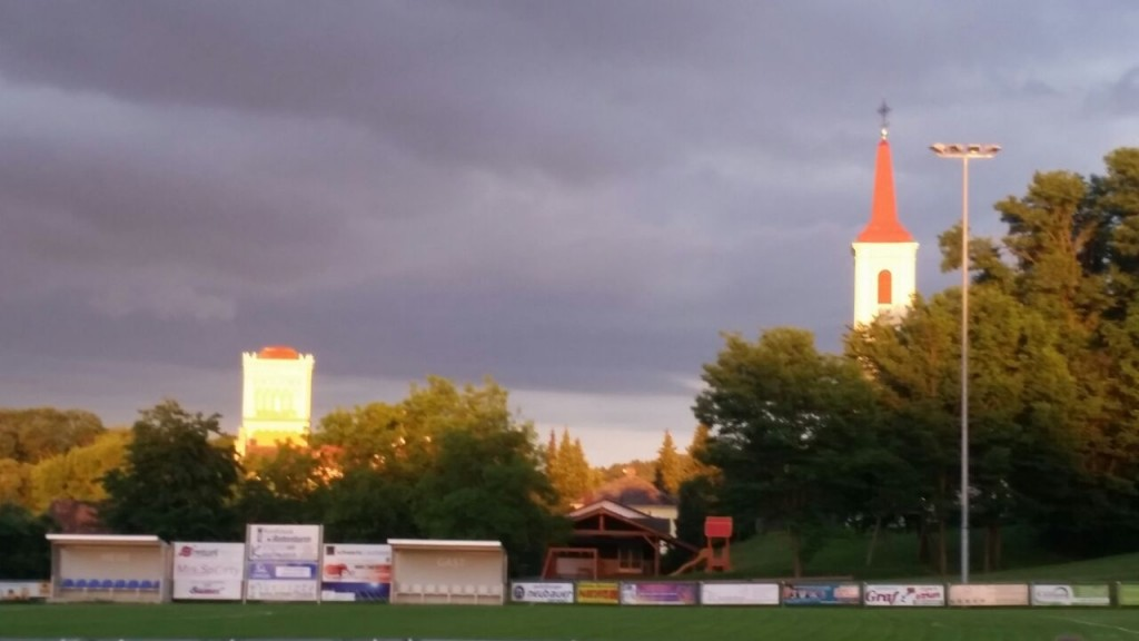 Abendhimmel mit Rotem Turm